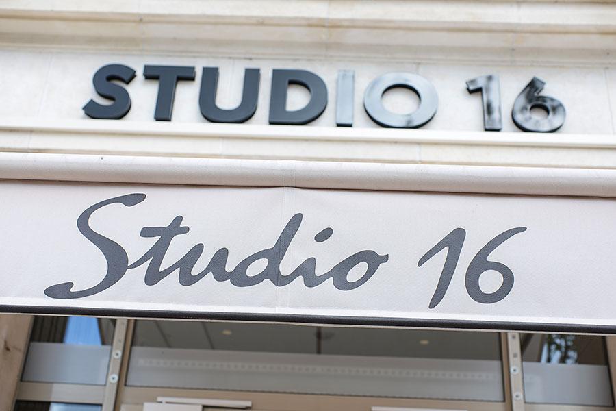 Extérieur et identité visuelle du Studio 16 à Orléans. Identité visuelle, store et graphisme réalisé par le Studio Emma Roux