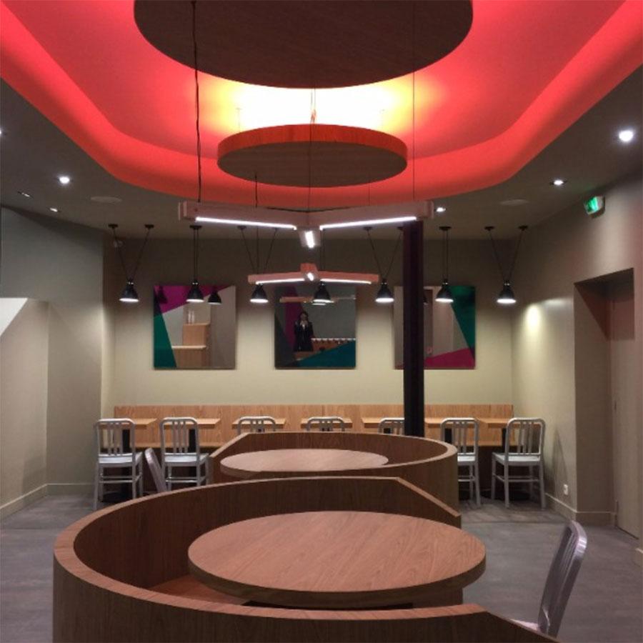 Le Studio Emma Roux a été choisi pour la décoration du restaurant Elgi à Paris. Couleurs, néons et modernité sont au rendez vous.