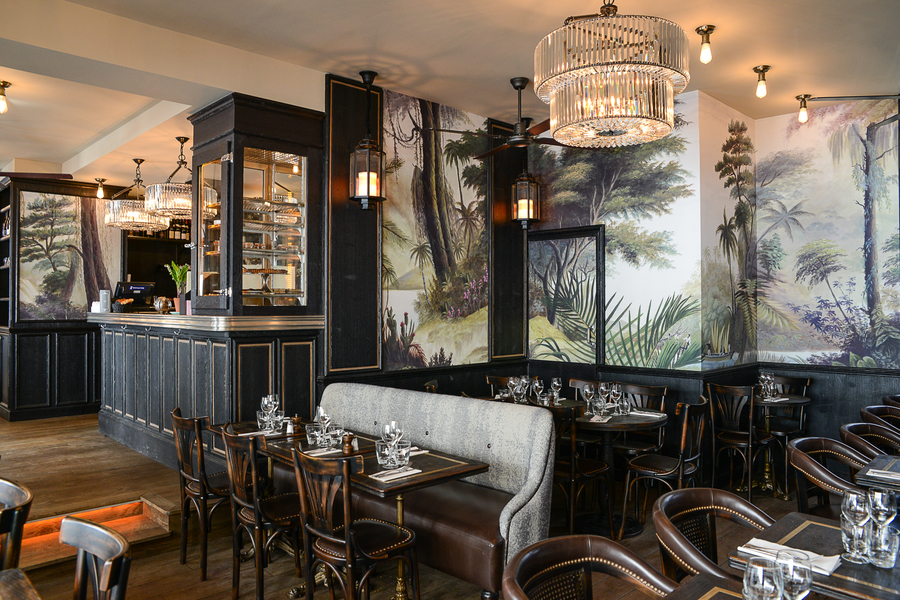 Intérieur décoration par le Studio Emma Roux, Esprit tropical et style empire. Mobilier de cuir et de bois