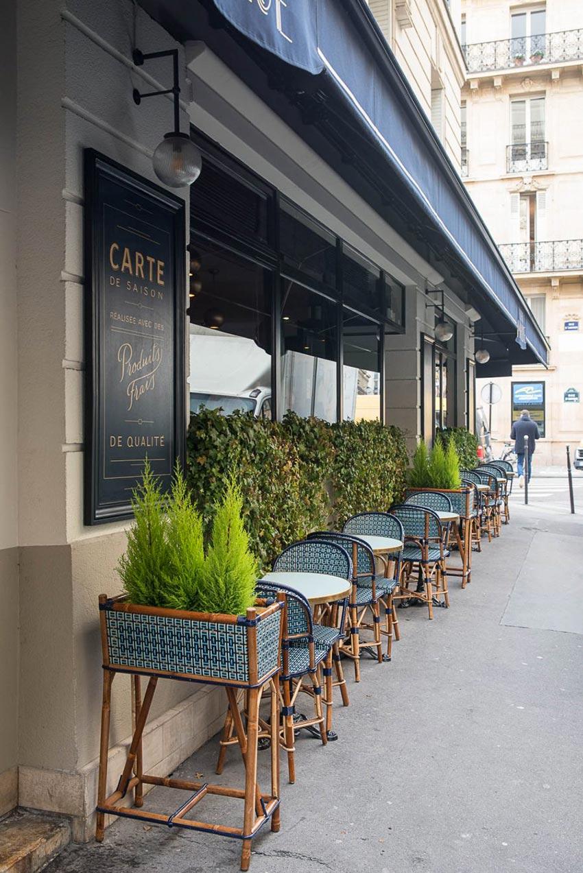Terrasse et extérieur du restaurant Le Marloe de Paris, dominante de bleu et mobilier extérieur Maison Gatti décoration par le studio Emma Roux