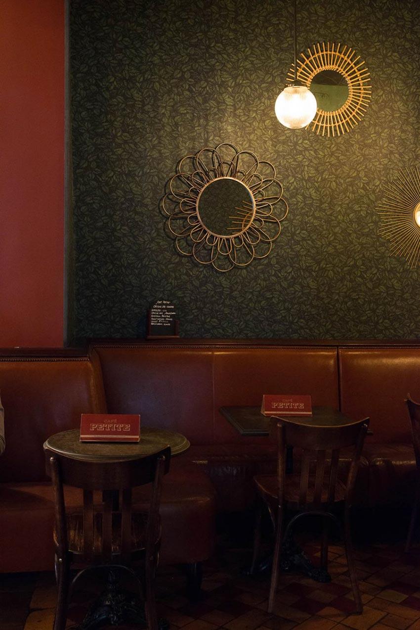 Intérieur du Café Petite à Paris avec sa banquette en cuir naturelle décoration par le Studio Emma Roux