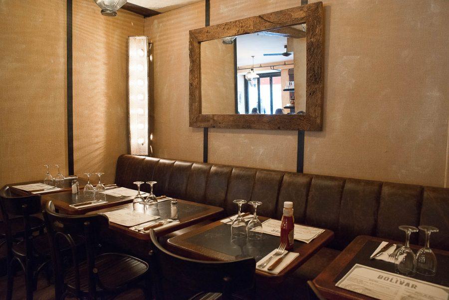 Intérieur du Café Bolivar, bistrot de Paris, avec ses murs en toile de jute, ses tables cirées et son miroir chiné