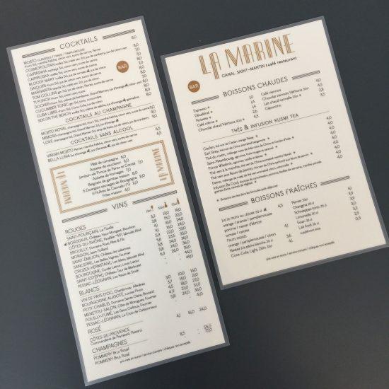Le graphisme et l'identité visuelle ont été fait par le Studio Emma Roux pour le café La Marine de Paris. Cartes des cocktails, vins et des boissons sans alcool.