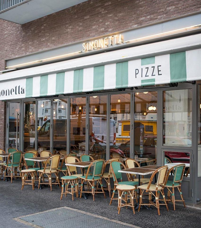 Extérieur du restaurant Simonetta de Paris, terrasse vitrée avec mobiliers en cannage signé Maison Gatti- Décoration par le Studio Emma Roux