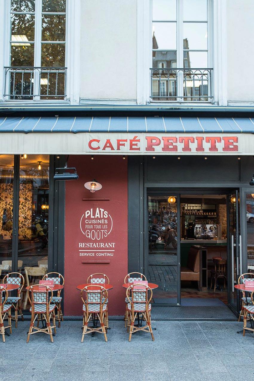 Façade du Café Petite, avec son mobilier d'extérieur décoration par le Studio Emma Roux