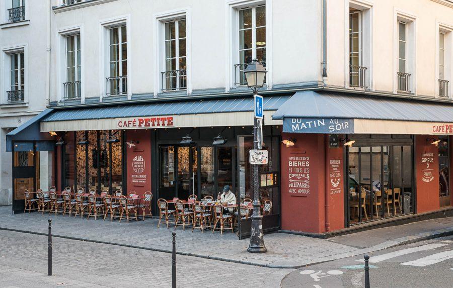 Terrasse et façade du Café Petite à Paris décoration par le Studio Emma Roux