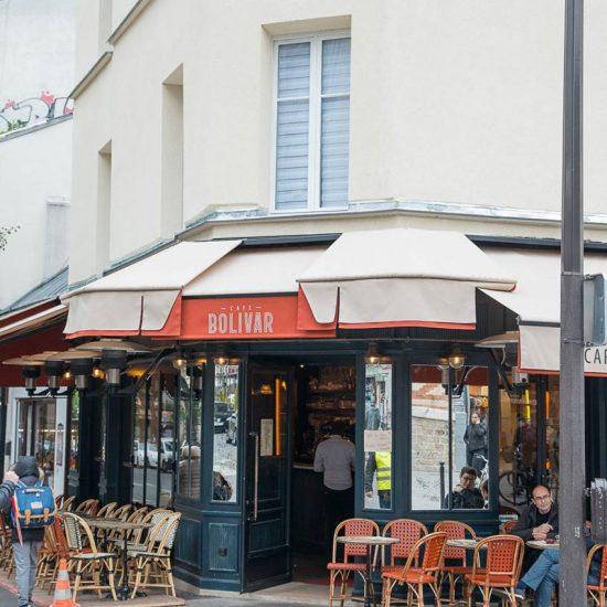 Façade vitrée et terrasse du Café Bolivar à Paris dont la décoration a été faite par le Studio Emma Roux