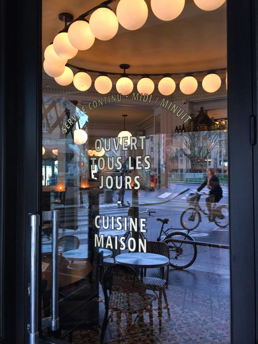 Le graphisme et l'identité visuelle ont été fait par le Studio Emma Roux pour le café La Marine de Paris.