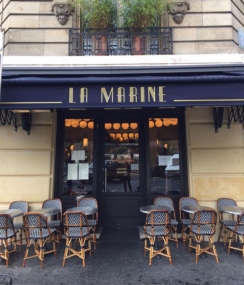 Le graphisme et l'identité visuelle ont été fait par le Studio Emma Roux pour le café La Marine de Paris. Devanture et store.
