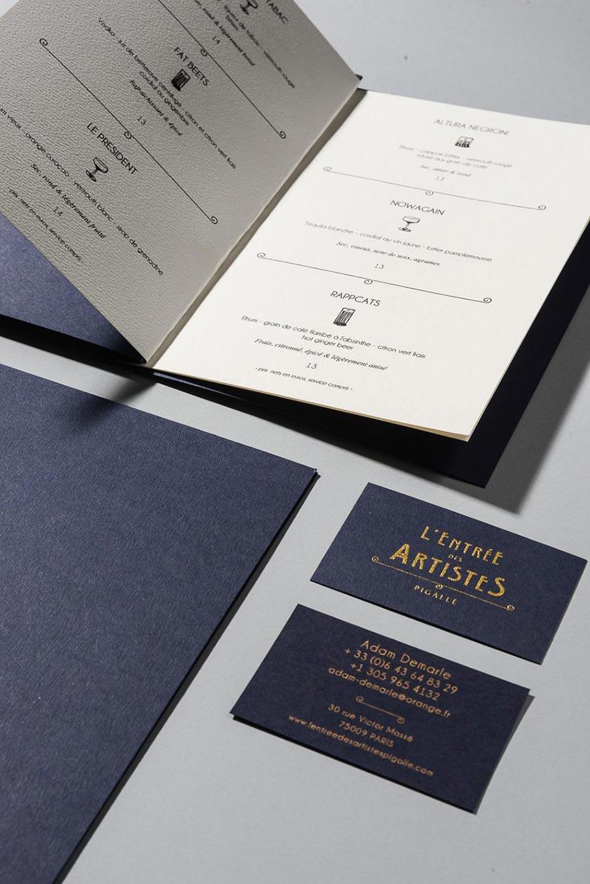 Le graphisme et l'identité visuelle ont été fait par le Studio Emma Roux pour le bar l'Entrée des artistes de Paris. Menus et carte de visite.