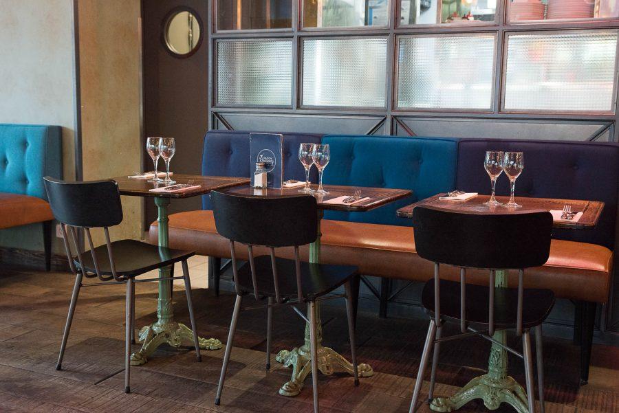 Intérieur de la rôtisserie Maison Becquey, banquette en cuir et parquet. Décoration par le Studio Emma Roux
