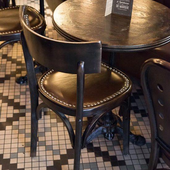 Le Studio Emma Roux a fait la décoration du Café Jussieu de Paris. On note sa banquette en cuir et son sol en mosaique Winckelmans