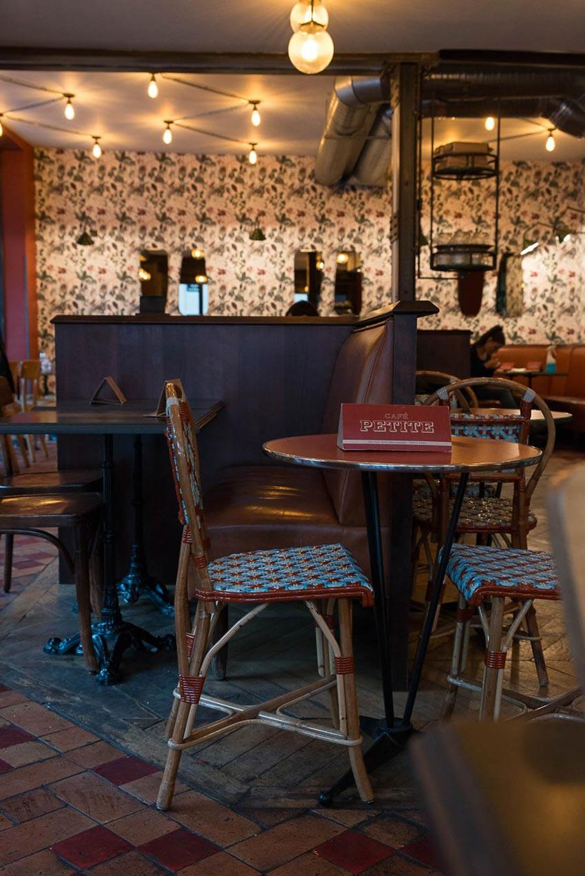 Intérieur du Café Petite à Paris avec son mobilier Gatti et son papier-peint fleuris