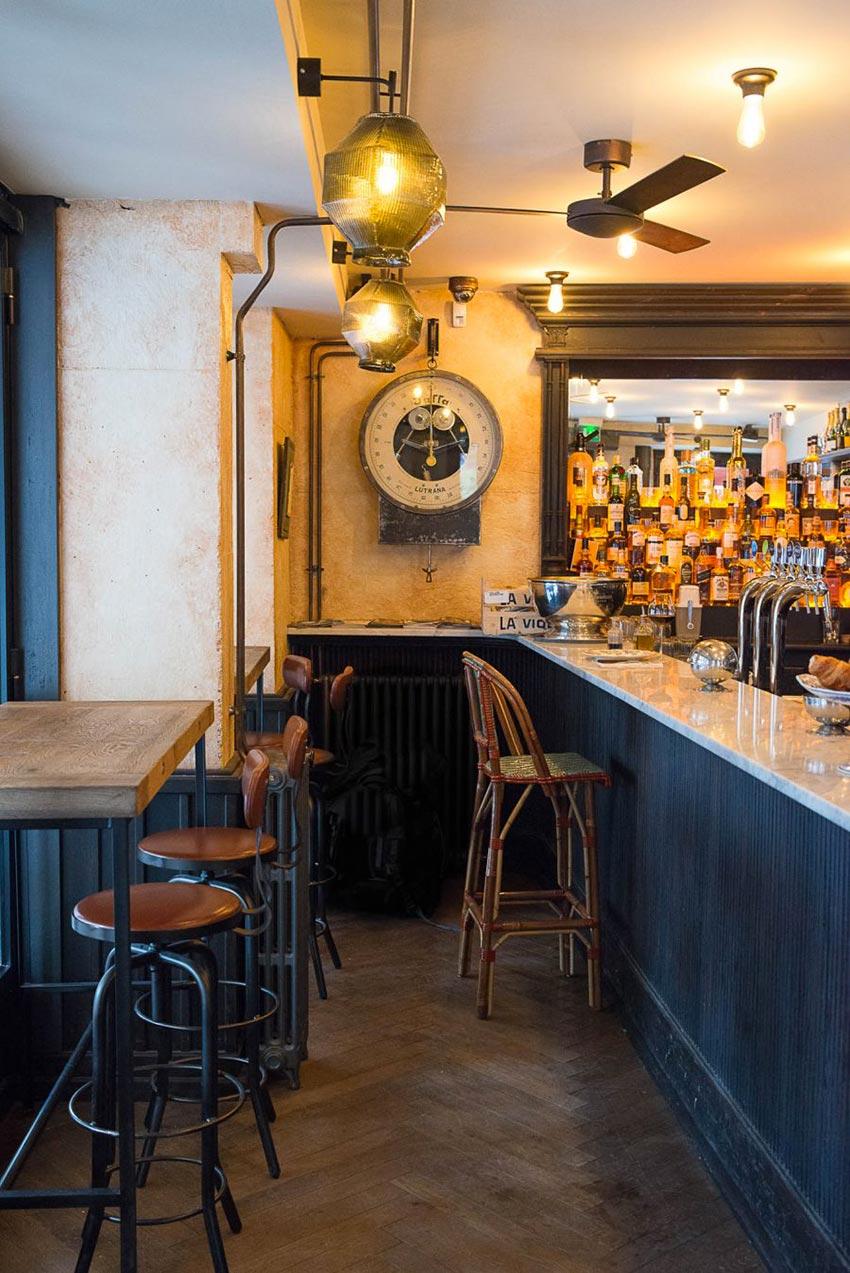 Intérieur et comptoir du Café Bolivar à Paris dont la décoration a été faite par le Studio Emma Roux