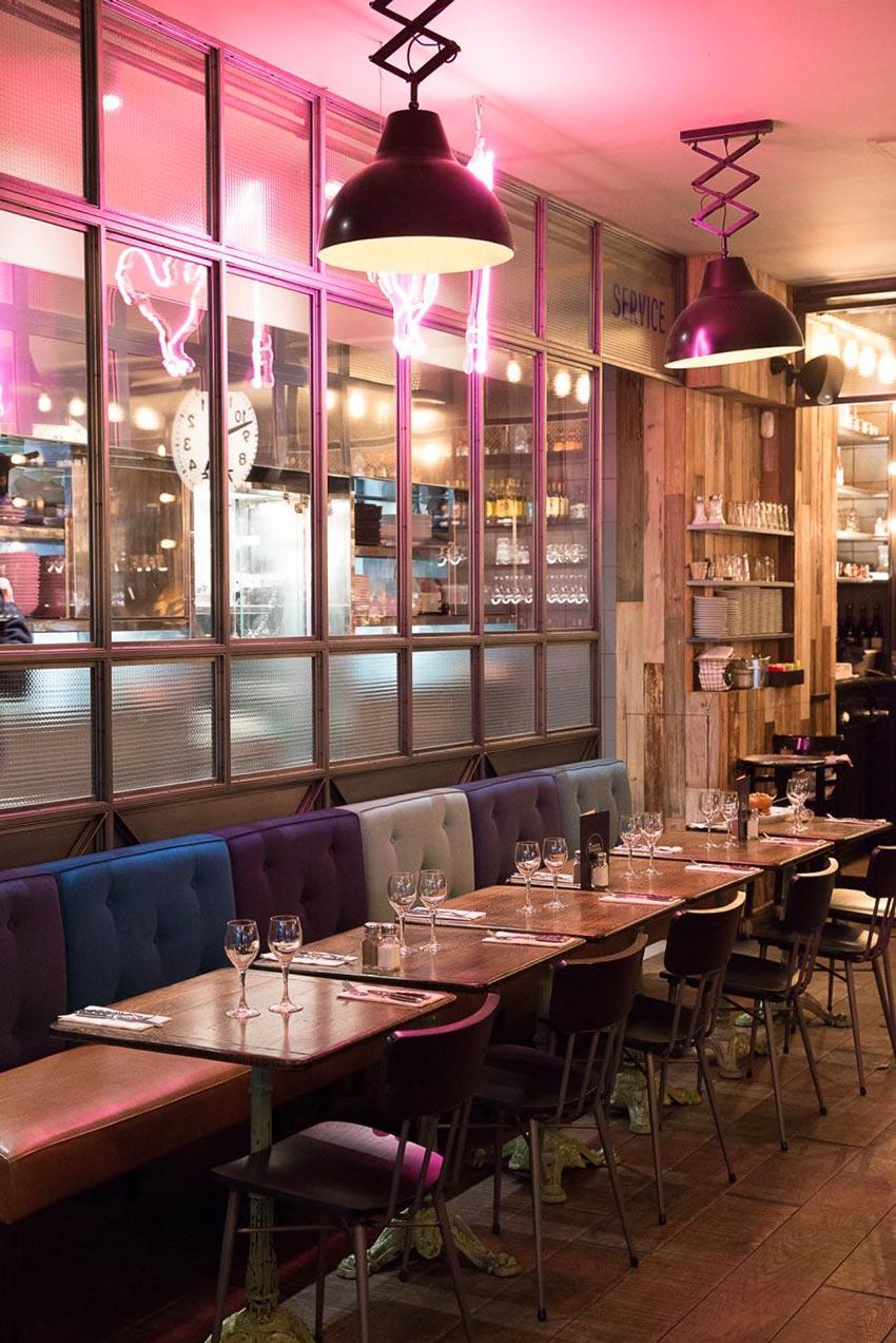 Intérieur de la rôtisseur Maison Becquey de Paris, suspensions croisillons, assises en cuir et dossiers nuancés de bleu. Décoration par le Studio Emma Roux