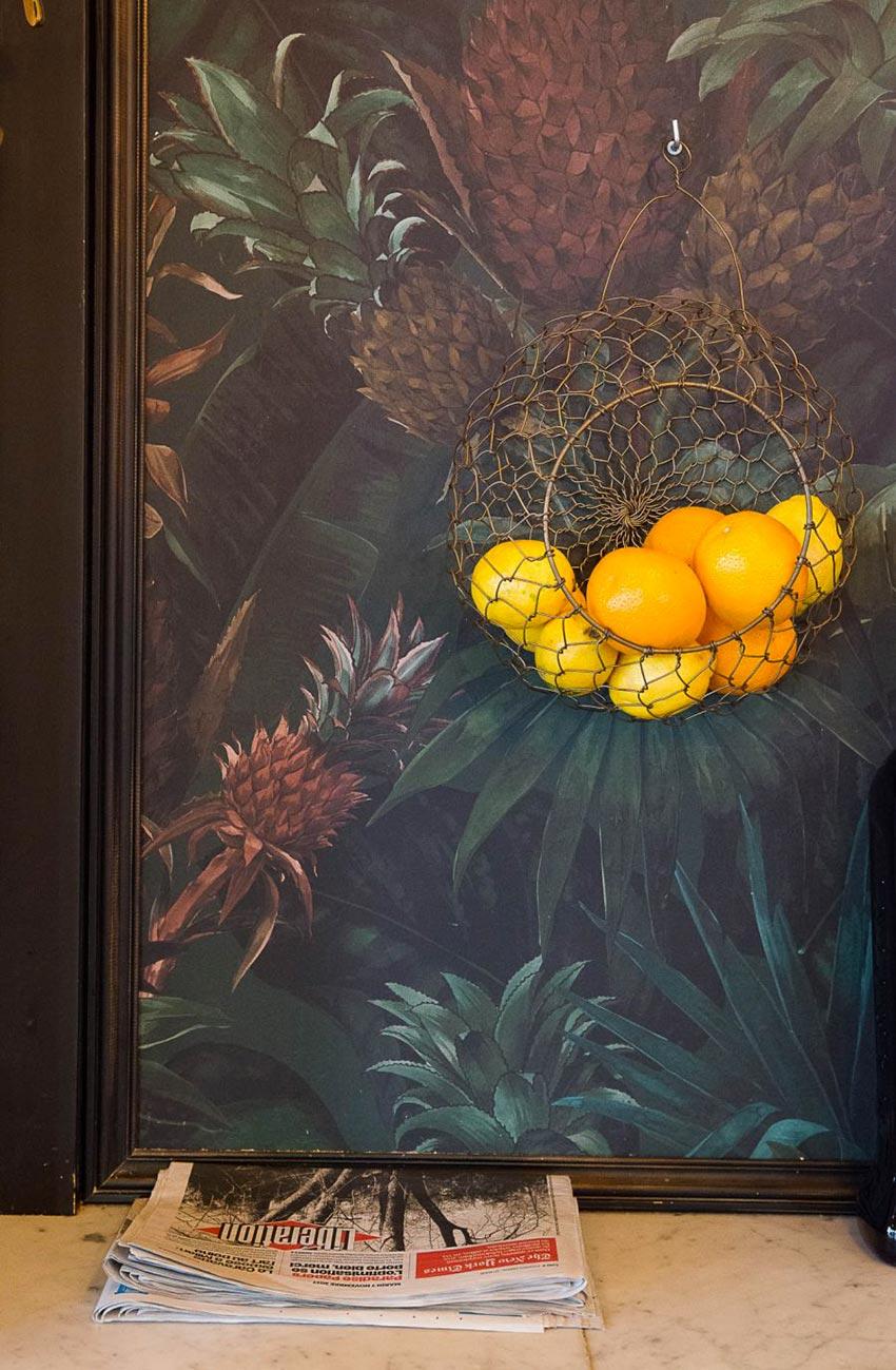Intérieur du restaurant Le Manfred, tapisserie aux motifs exotiques. Décoration par le Studio Emma Roux
