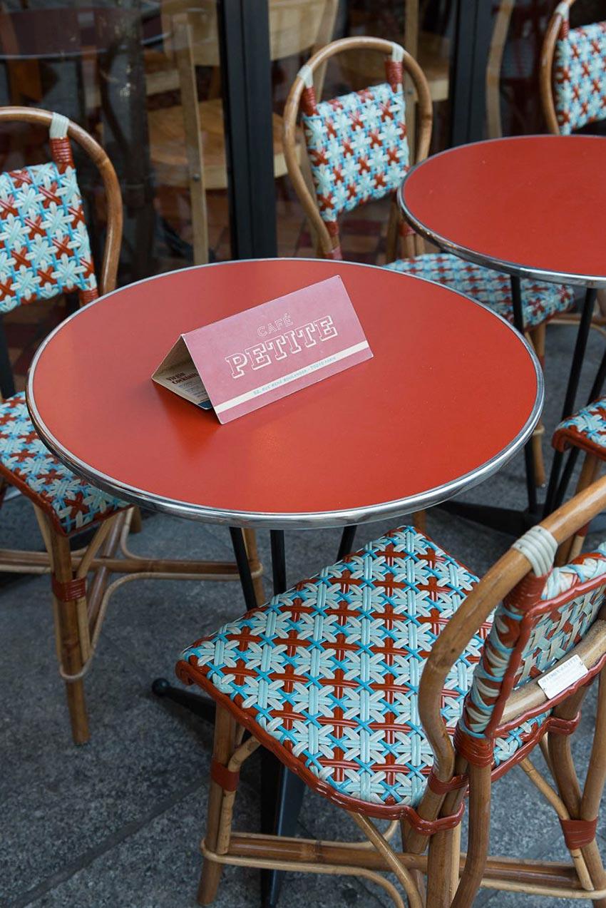 Mobiliers extérieurs cannage Gatti de la terrasse du Café Petite décoration par le Studio Emma Roux