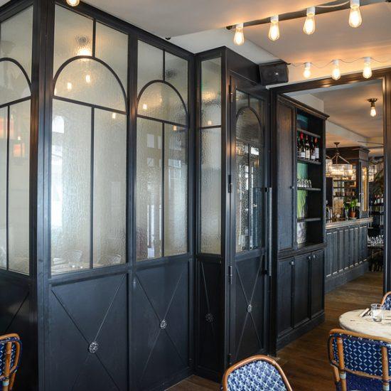 Devanture du restaurant brasserie Le Prince Racine de Odéon à Paris décoration par le Studio Emma Roux. Store et vitrine.