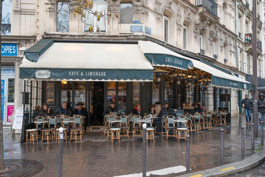 Terrasse du Café Jussieu décoration par le Studio Emma Roux. Double lambrequins et chaises en cannage Maison Gatti