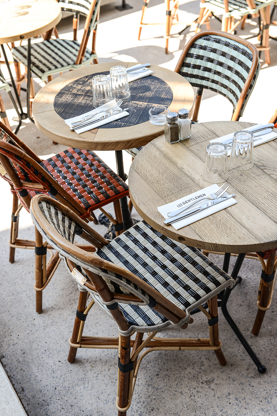 Le Studio Emma Roux a décoré le restaurant les Gentlemen de Nanterre ainsi qu'a l'identité visuelle de ce bistrot