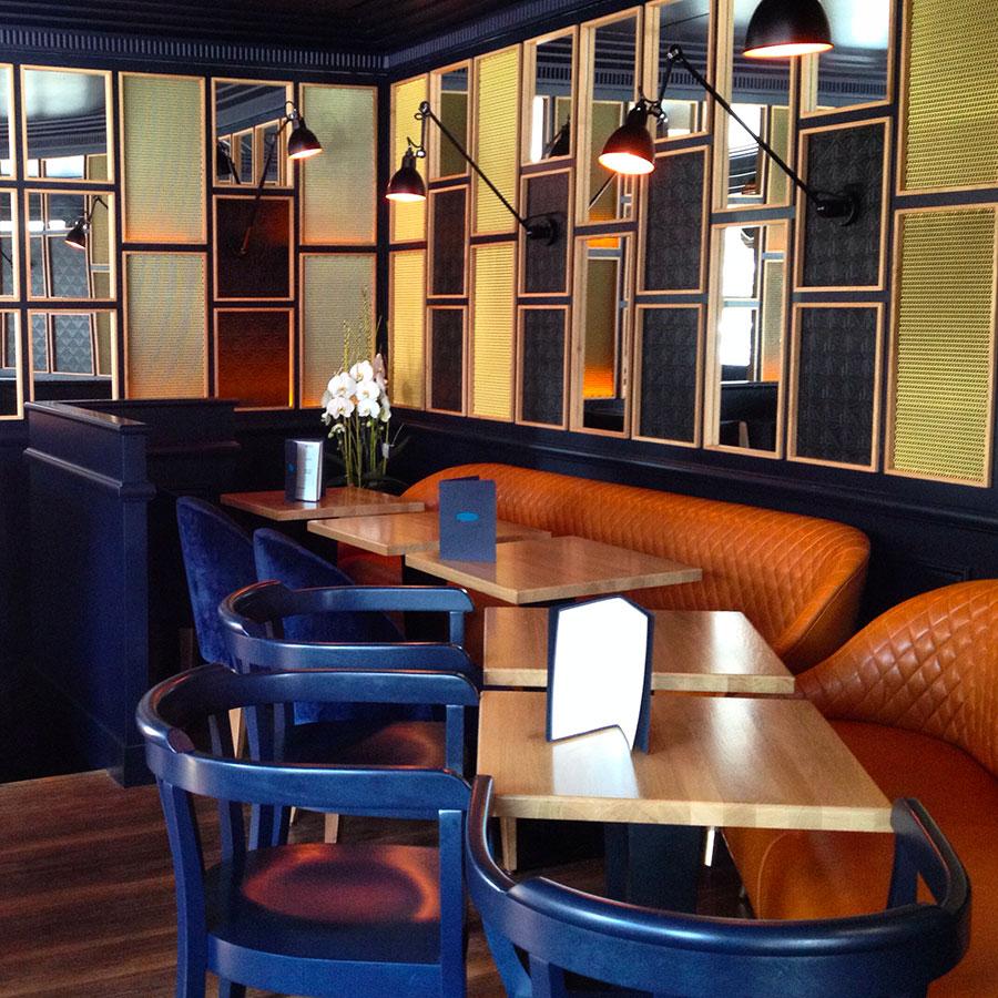 Le Studio Emma Roux a été choisi pour décorer le Café Gabrielle dans l'esprit des brasseries Parisiennes. Mobilier de cuir et de bois
