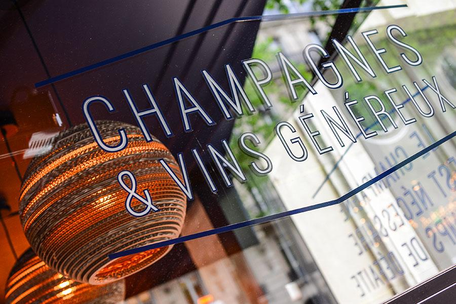 Graphisme et identité visuelle ont été pensés par le Studio Emma Roux pour le Café Gabrielle de Paris. Signalétique sur la façade.