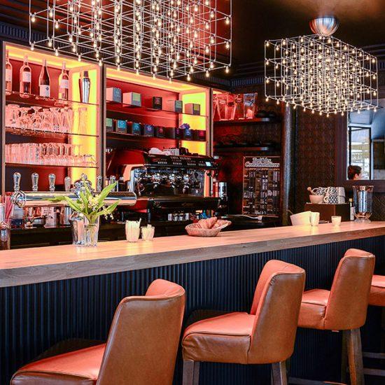 Le Studio Emma Roux a été choisi pour décorer le Café Gabrielle de Paris dans l'esprit des brasseries Parisiennes.