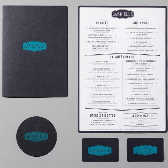 Graphisme et identité visuelle ont été pensés par le Studio Emma Roux de Paris pour le Café Gabrielle. Menu et carte de visite.