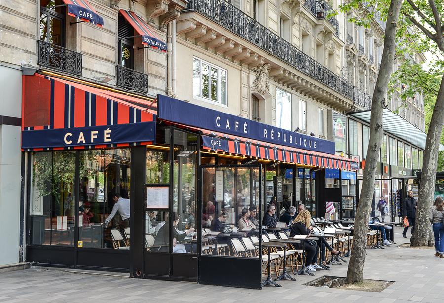 La décoration du Café République a été imaginée par le Studio Emma Roux en charge du projet. Reelooking et décoration