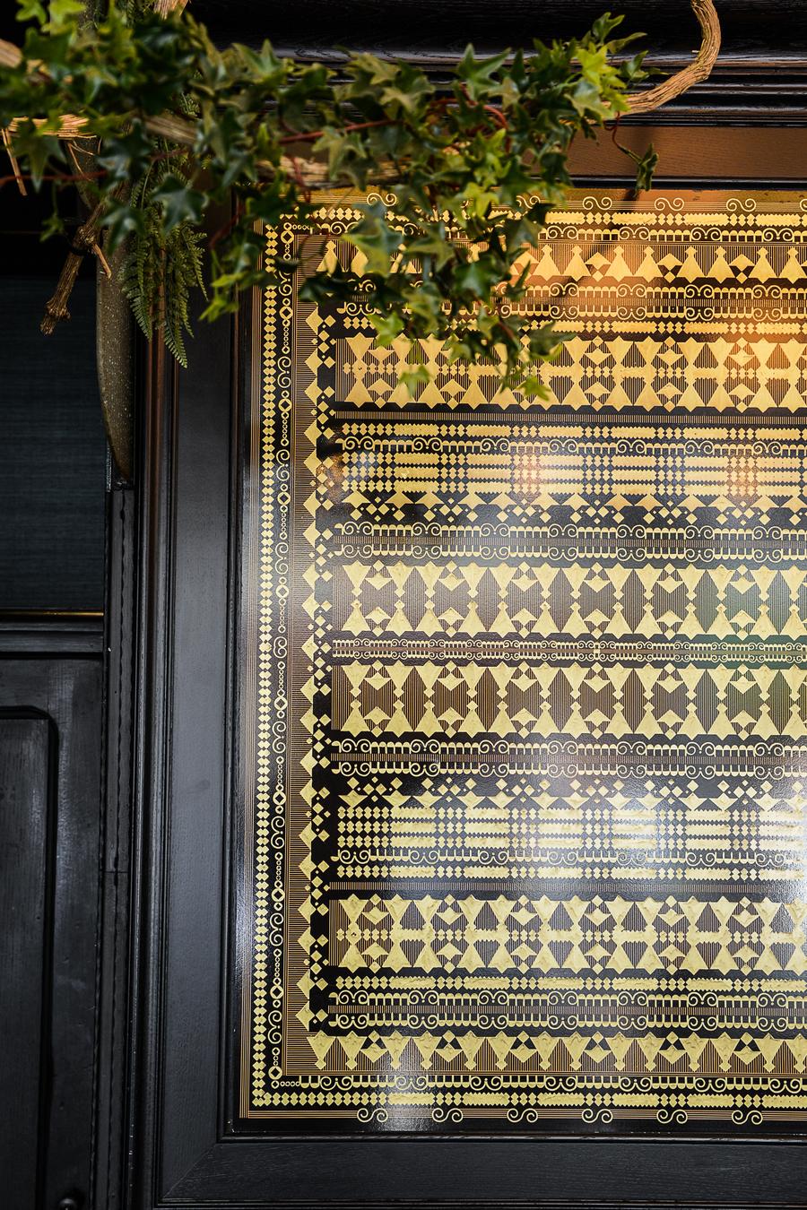 La décoration de la Brasserie Le Sancerre de Paris dans le quartier de Montmartre, a été réalisée par le Studio Emma Roux. Luminaires, terrasse, mobilier, identité visuelle.