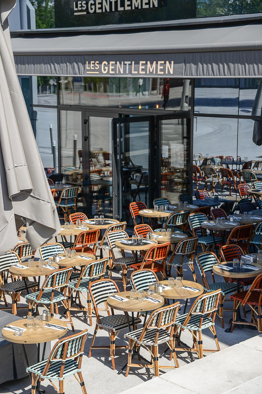 Le Studio Emma Roux a décoré le restaurant les Gentlemen de Nanterre ainsi qu'a l'identité visuelle de ce bistrot. Terrasse des Gentlemen