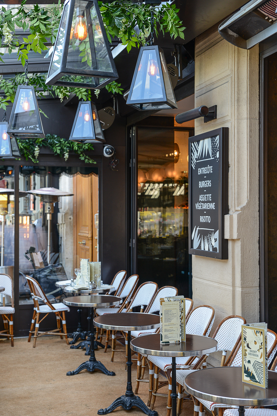 CREDIT-ANTHONY-COTTAREL-BRASSERIE-SAINT-SEVERIN-PARIS-DECORATION-GRAPHISME-STUDIO-EMMA-ROUX-MOBILIER-TERRASSE-CUIR-CAFE-BAR-TERRASSE