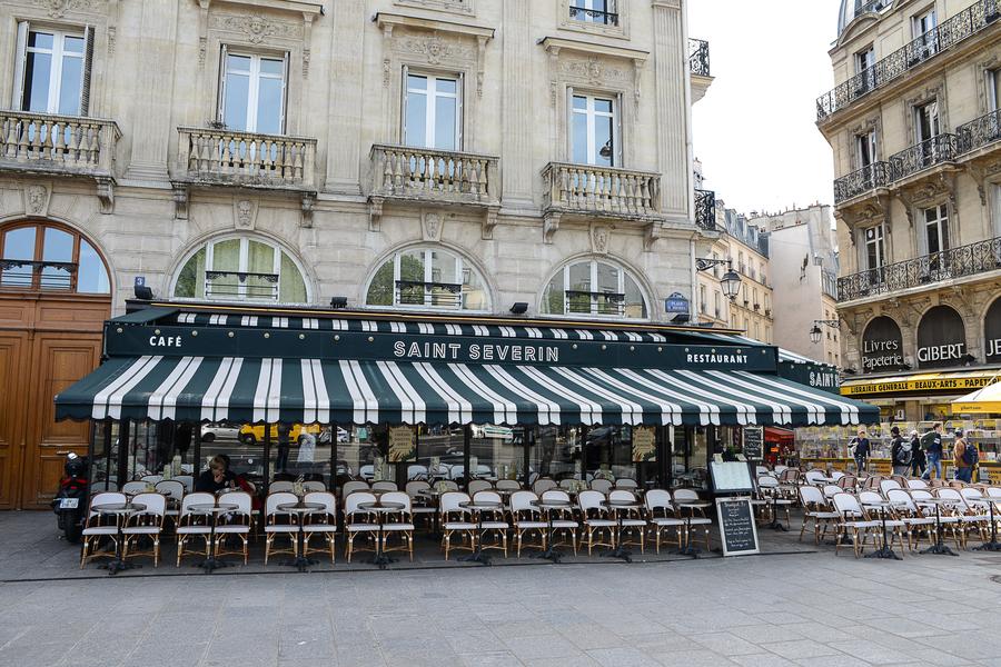 Le Studio Emma Roux a réalisé la décoration et l'identité visuelle de la Brasserie Le Saint Séverin de Paris. Mobilier, luminaire, comptoir, toilettes.