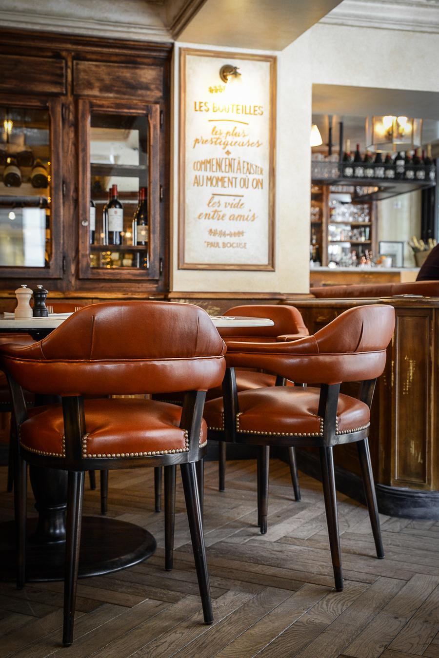 La décoration de la Brasserie Le Vrai Paris dans le quartier de Montmartre de Paris dans le quartier de Montmartre, a été réalisée par le Studio Emma Roux. Luminaires, terrasse, mobilier, identité visuelle.