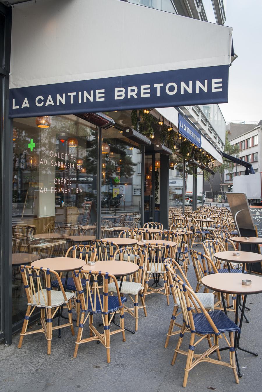 Terrasse extérieure de la Cantine Bretonne décoration par le Studio Emma Roux. Chaises Gatti