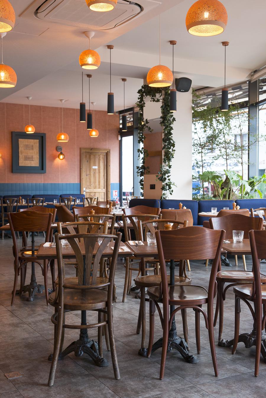 Intérieur de La Cantine Bretonne décoration par le Studio Emma Roux, chaises et banquette Delaroux.
