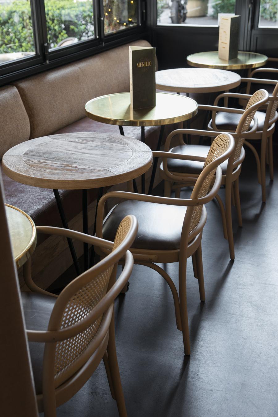 Restaurant Le Murillo de Paris - Décoration Emma Roux. Chaise en cannage et galette de cuir. Plateaux de bois.
