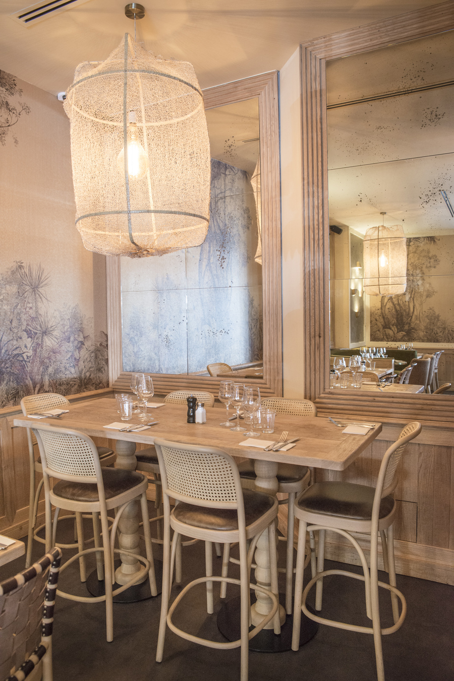 Le Studio Emma Roux a élaboré la décoration du restaurant Le Murillo de Paris. Bois brut, marbre, mobilier