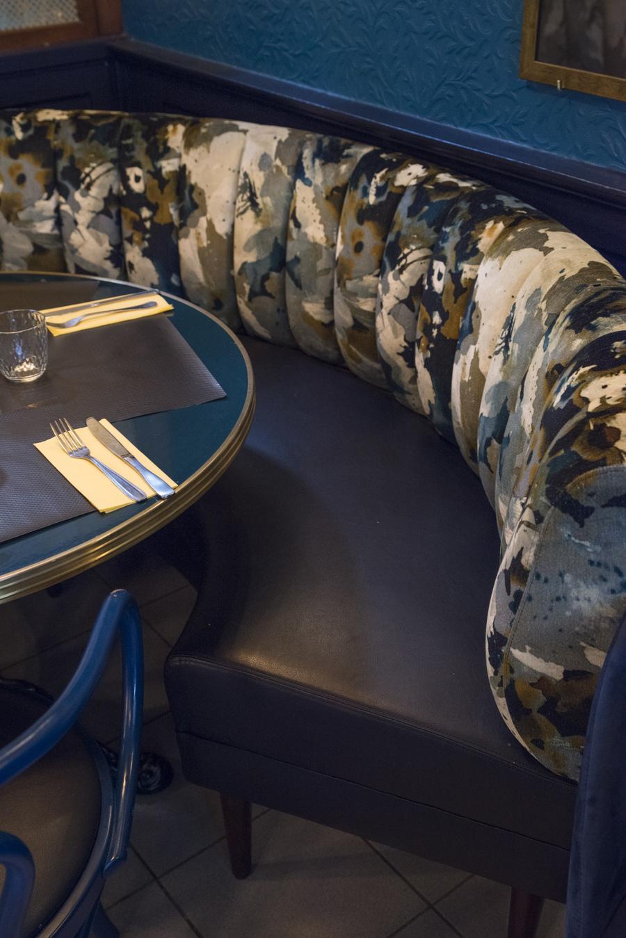 Restaurant Chez Plumeau à Montmartre - Décoration Studio Emma Roux. Banquette de velour et assise en cuir.