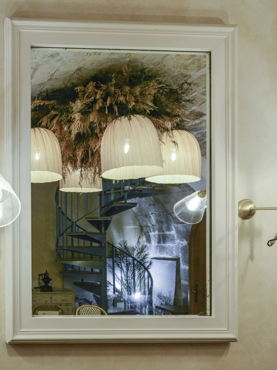 La décoration du restaurant L'arbre à Cannelle a été réalisée par Le Studio Emma Roux, agence de décoration à Paris. Luminaire, fleur, carrelage.