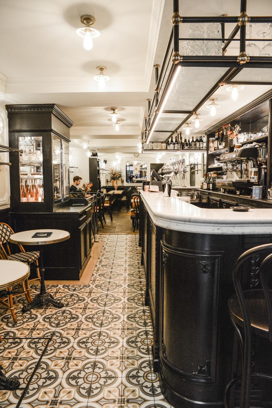 Le Studio Emma Roux en collaboration avec Arkesen ont réalisé la décoration de la brasserie Le Gevaudan dans le 5eme arrondissement de Paris. Marbre, carreau de ciment, menuiserie, comptoir.