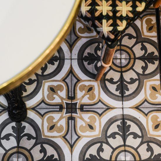 Le Studio Emma Roux en collaboration avec Arkesen ont réalisé la décoration de la brasserie Le Gevaudan dans le 5eme arrondissement de Paris. Carreau de ciment