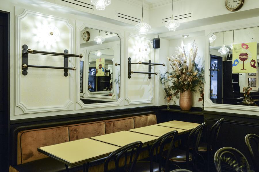 Le Studio Emma Roux en collaboration avec Arkesen ont réalisé la décoration de la brasserie Le Gevaudan dans le 5eme arrondissement de Paris. Mobilier sur mesure, banquette