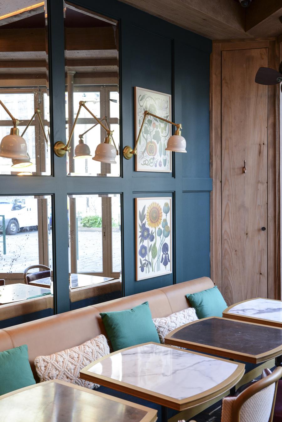 Le Studio Emma Roux en collaboration avec Arkesen a réalisé les travaux et la décoration de la pizzeria Isola Bella à Reuil Malmaison. Parquet sur mesure