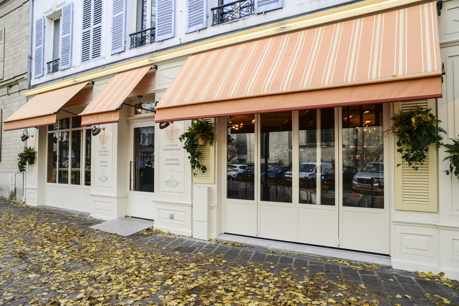 Le Studio Emma Roux en collaboration avec Arkesen a réalisé les travaux et la décoration de la pizzeria Isola Bella à Reuil Malmaison. Store et terrasse