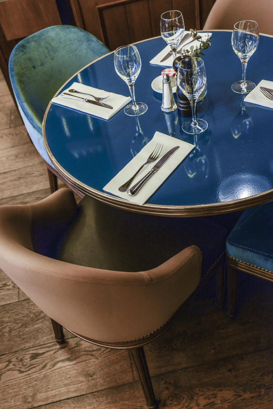 Le Studio Emma Roux een collaboration avec Christopher Matignon Architecte d'intérieur ont participé aux travaux de rénovation du restaurant Le Chalet à Paris. Fauteuil et table sur mesure.