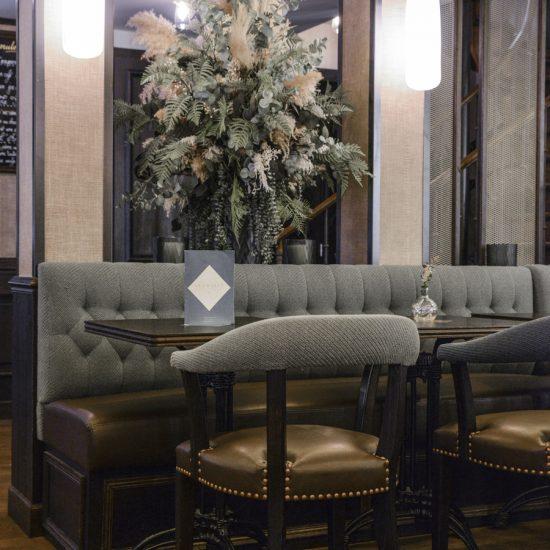 Le Studio Emma Roux en collaboration avec Christopher Matignon Architecte d'intérieur ont participé aux travaux de rénovation du restaurant Le Chalet à Paris. Fauteuil et table sur mesure.