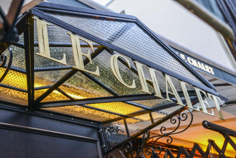 Le Studio Emma Roux een collaboration avec Christopher Matignon Architecte d'intérieur ont participé aux travaux de rénovation du restaurant Le Chalet à Paris. Enseigne restaurant.