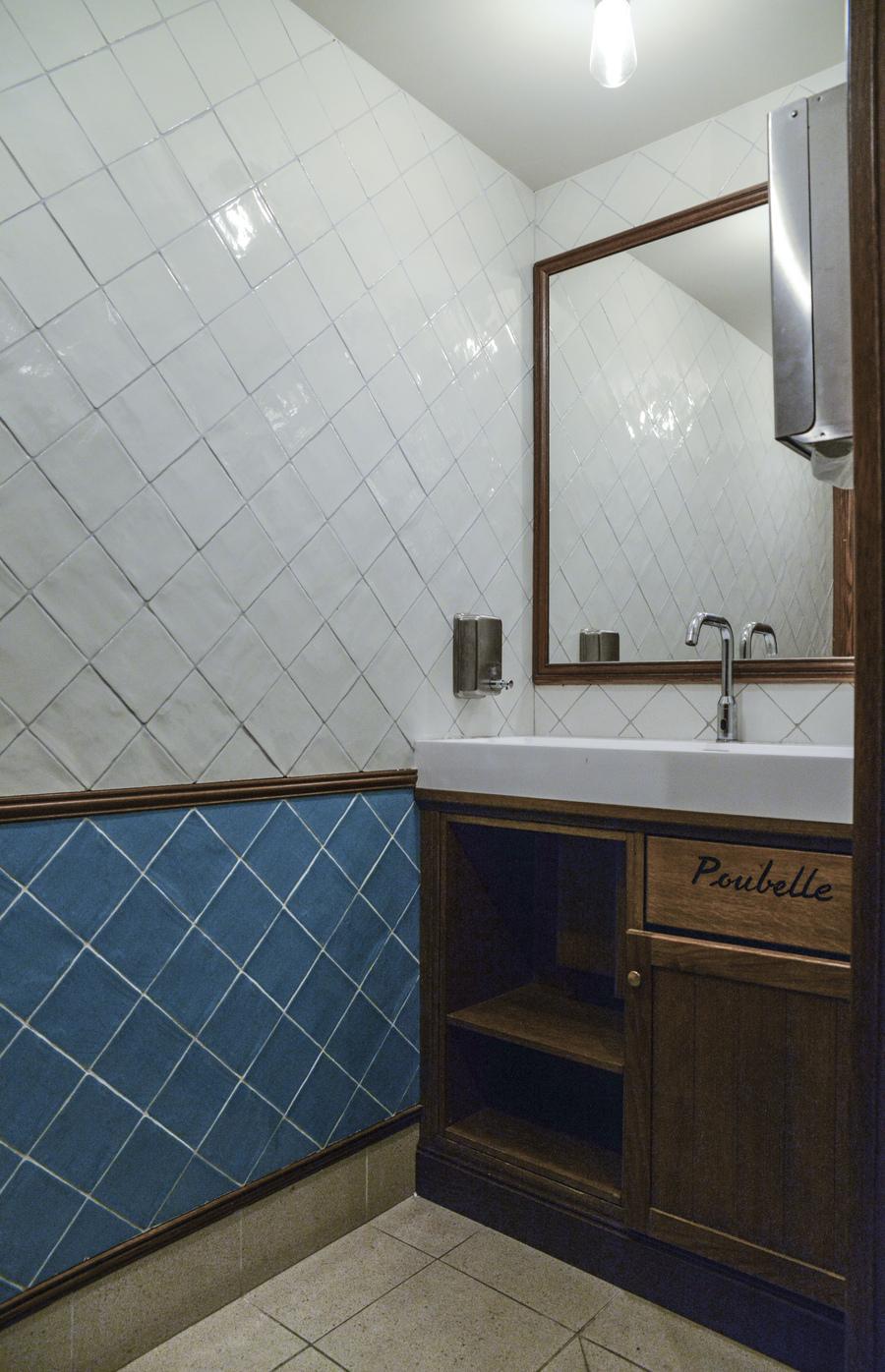 Le Studio Emma Roux een collaboration avec Christopher Matignon Architecte d'intérieur ont participé aux travaux de rénovation du restaurant Le Chalet à Paris. Toilettes