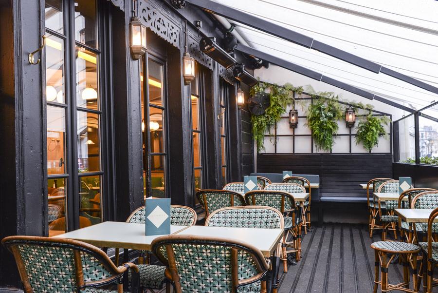 Le Studio Emma Roux en collaboration avec Christopher Matignon Architecte d'intérieur ont participé aux travaux de rénovation du restaurant Le Chalet à Paris. Terrasse